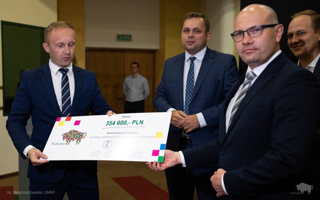 Gmina Kulesze Kościelne otrzymała czek na budowę                         i modernizację dróg dojazdowych do gruntów rolnych!